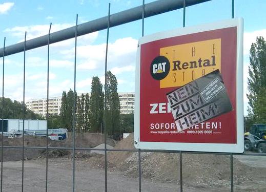 """Aufkleber auf einem Bauzaun: """"Nein zum Heim"""""""