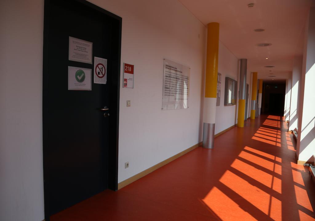 Das Bild zeigt den Flur mit Eingangstüren zum ComZ.