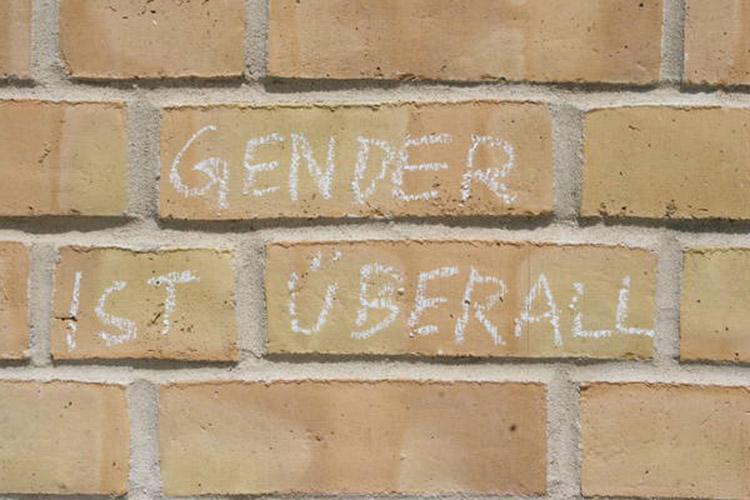 """Mit Kreide ist an eine Hauswand geschrieben """"Gender ist überall"""""""