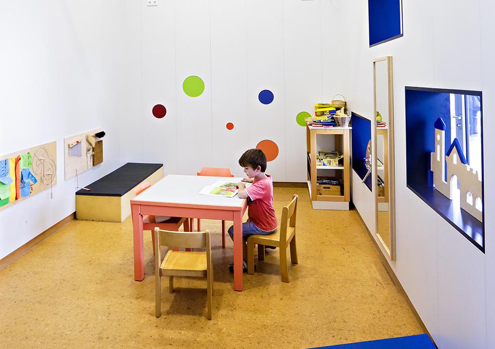Ein Kind sitzt am Tisch in der Spielecke der Mensa der ASH Berlin