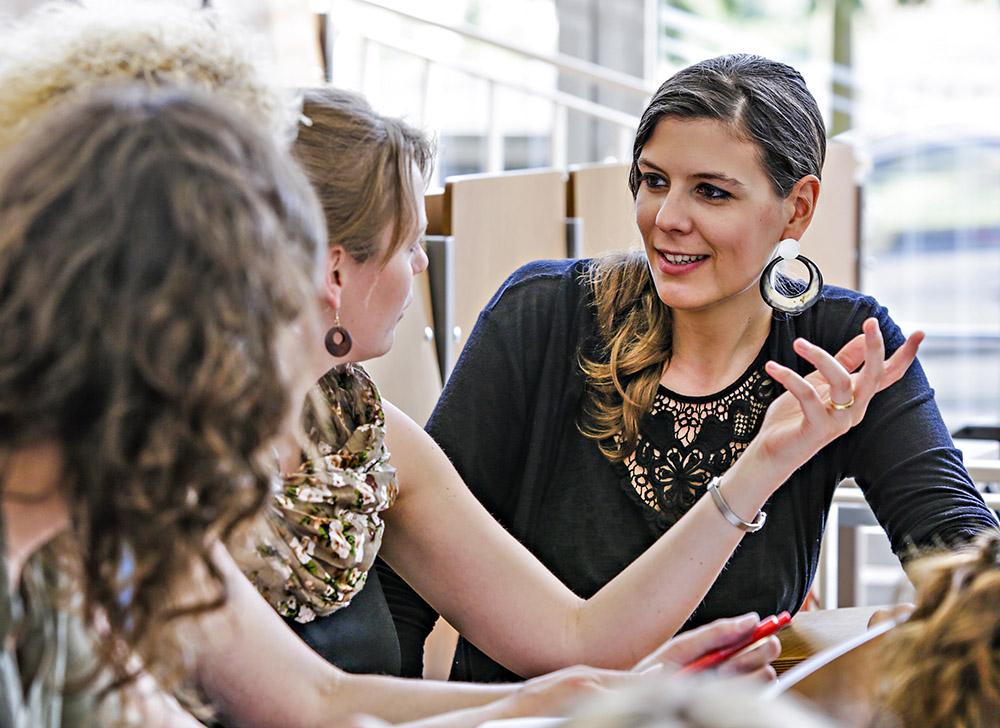 Drei Studentinnen sitzen im Minimax der ASH Berlin und diskutieren miteinander.
