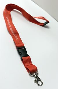 Das rote Schlüsselband mit ASH Berlin Logo hält alle wichtigen Schlüssel stets griffbereit.