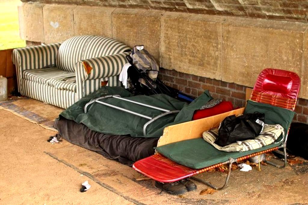Improvisierte Schlafstätte unter einer Brücke