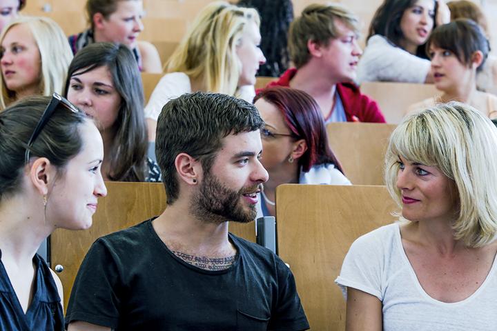 Im Hörsaal diskutieren die Studierenden miteinander.