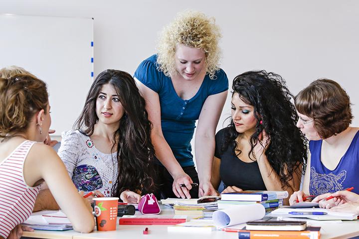 Eine Gruppe Studierender diskutiert engagiert im Seminar.