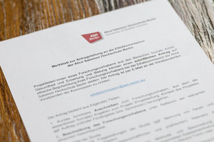 """Merkblatt der Ethikkommission von oben, nur Titel """"Merkblatt"""" ist lesbar"""