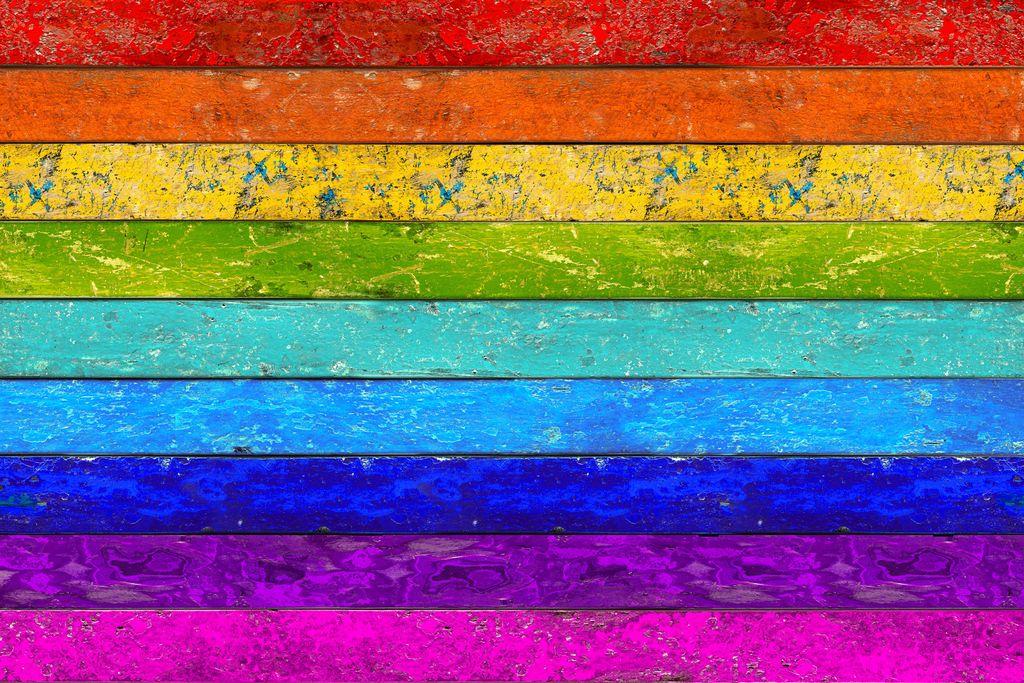 Ein Bild mit Holzbalken in Regenbogenfarbverlauf