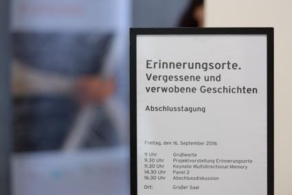 Schild mit Programm der Abschlussveranstaltung zum Projekt Erinnerungsorte