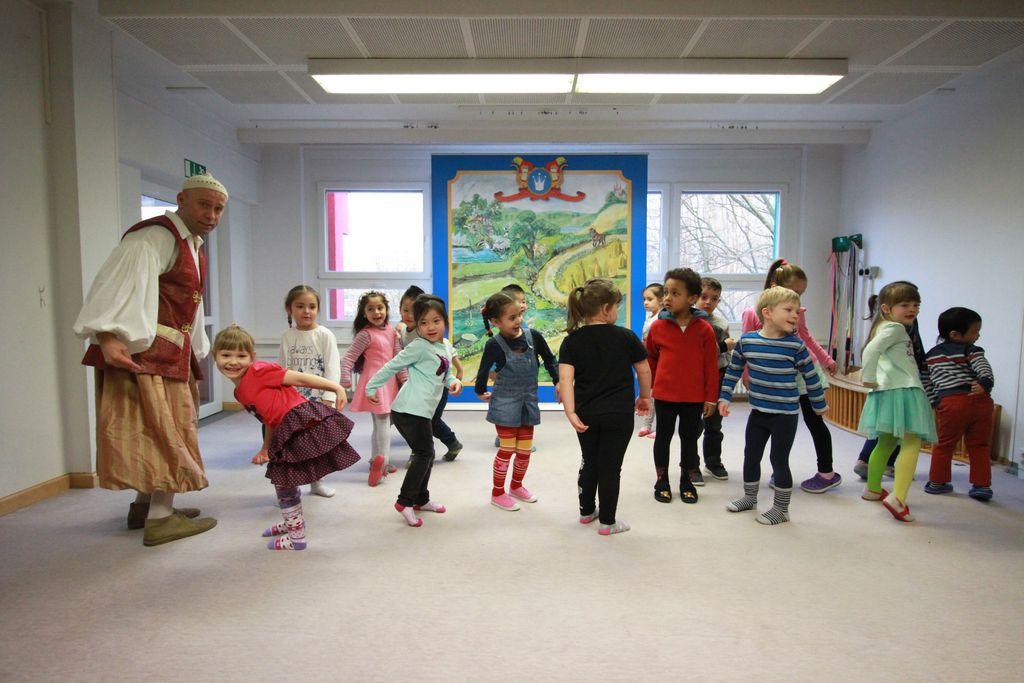 eine Kindergruppe die tanzt