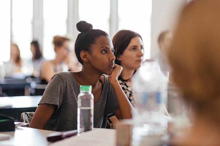 Studierende sitzen im Seminarraum und folgen konzentriert dem Vortrag