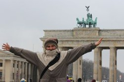 Cihan aus der Türkei vor dem Brandenburger Tor.