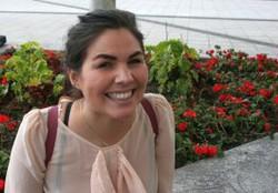 Debora aus Dänemark lacht fröhlich in die Kamera.