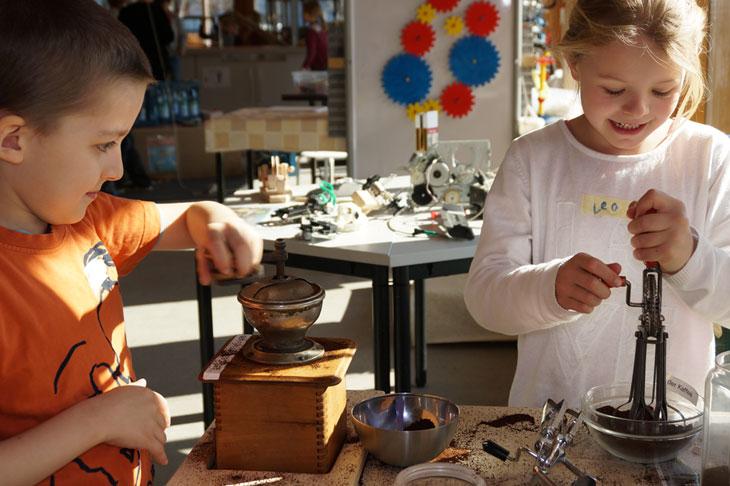 Zwei Kinder machen Experimente mit Kurbeln im Helleum - Alice Salomon Hochschule Erziehung Bildung Kindheit