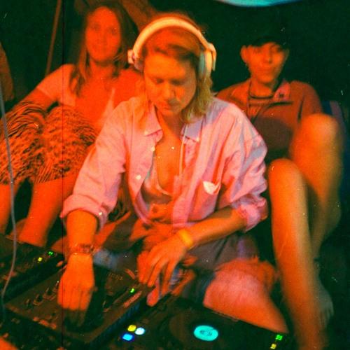 DJ Aplonia beim Auflegen