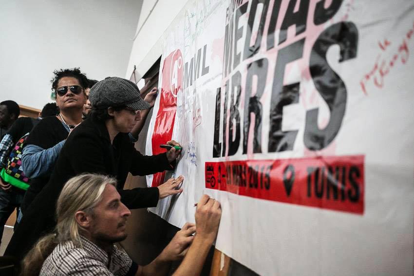 Foto der Verabschiedung der Charta der Freien Medien in Tunis auf dem Weltsozialforum 2015