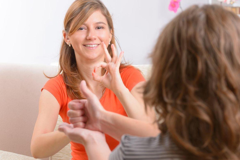 Zwei Frauen unterhalten sich angeregt in Gebärdensprache