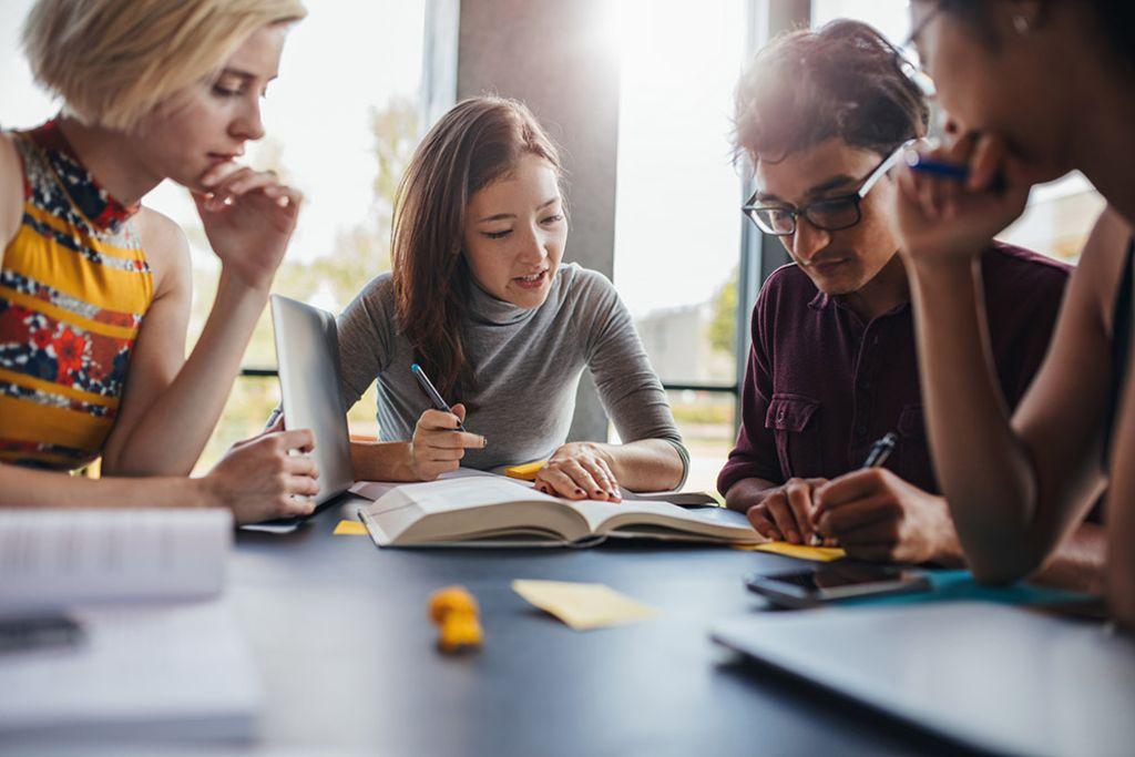 Vergrößern: Studierende lernen gemeinsam an einem Tisch