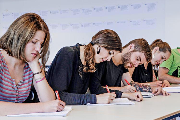 Prüfungszeit- Eine Gruppe Studierender schreibt eine Klausur.