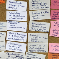 Pinnwand mit bunten Themenzetteln zu Fokusgruppen
