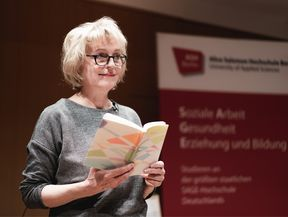 Lioba Happel mit Buch