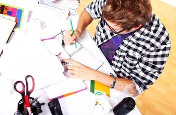 Ein Student sitzt am Schreibtisch und arbeitet, Aufnahme von oben