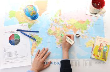 Weltkarte mit Hand und Zertifikat