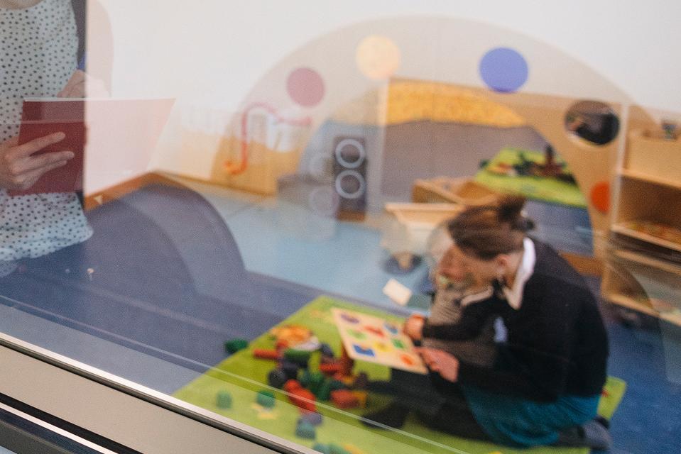 Eine Wissenschaftlerin bei der Arbeit im Beobachtungslabor der ASH Berlin