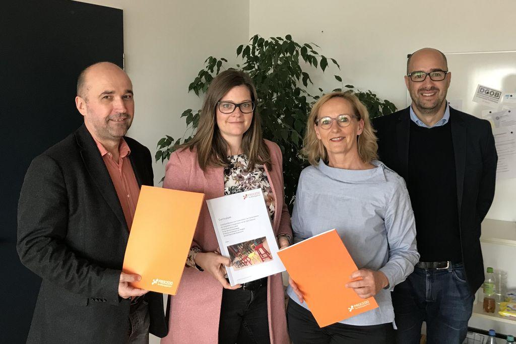Vergrößern: Prof. Dr. Olaf Neumann, Anna Frommelt (Leitung Fort- und Weiterbildung bei procedo), Prof. Dr. Anja Voss und Udo Glaß (Geschäftsführer procedo)