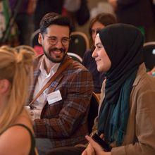 Ozan Keskinkiliç und Teilnehmer/-innen im Publikum