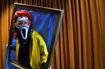 Eine Person im furchteinflößenden Kostüm posiert für das Foto.