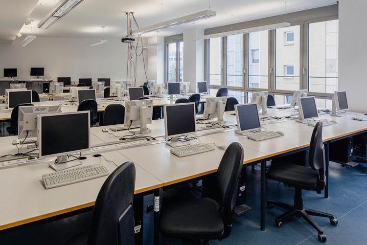 Blick in den Raum 218, großer PC-Pool- und Seminarraum für Studierende