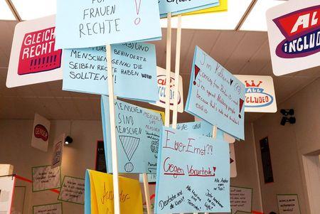 """Von Jugendlichen erstellte Demo-Schilder zum Thema """"Deine Freiheit, meine Freiheit"""""""