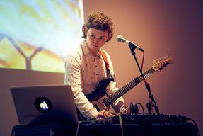 Musikbeitrag von GOLDEN DISKÓ SHIP - Projektion, Gitarre, Gesang, Elektronik