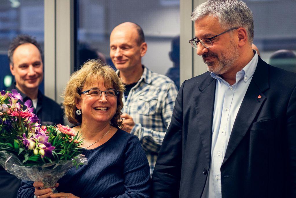 Vergrößern: Andreas Flegl überreicht Blumen an seine Sekretärin Beate Schmidt