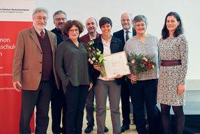Die Preisträgerin mit Hochschulleitung, Jury und Laudator