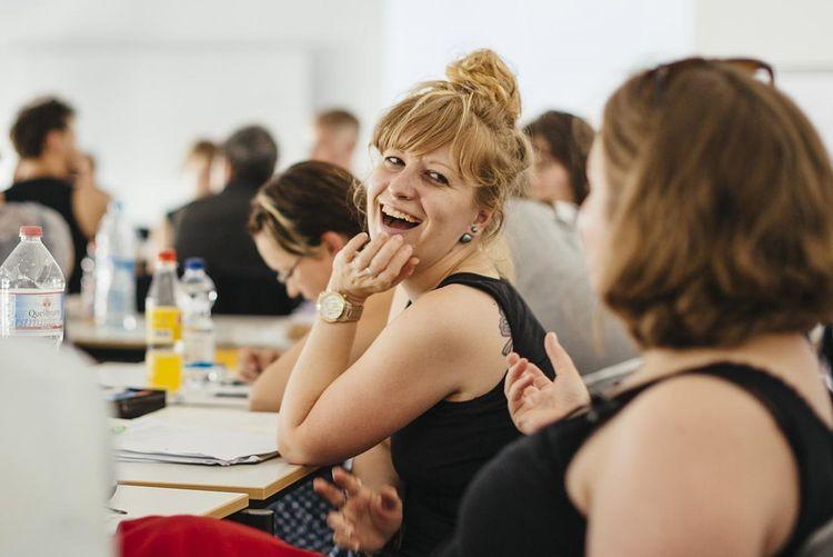 Herzlich lachende Studentin im Unterricht