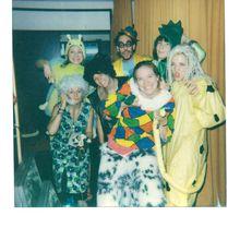 Eine Gruppe Studierender posiert im Clownskostüm.