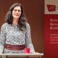 Rektorin Völter am Redepult, hinter ihr ein Banner der Hochschule