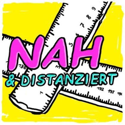 Logo Nah und Distanziert - Podcast zu kritischer Sozialer Arbeit mit Alumni der ASH Berlin - Das Logo zeigt zwei weiße Lineale vor knallig gelben Hintergrund, davor der Schriftzug Nah & Distanziert in knalligem Pink und Blau