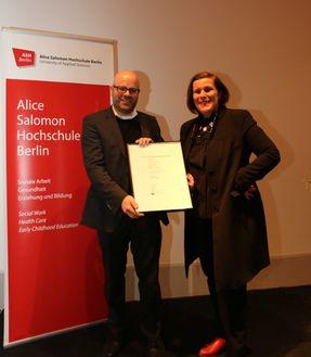 Prof. Dr. Uwe Bettig (Rektor der ASH Berlin) übergibt die Urkunde für den Alice Salomon Poetik Preis 2017 an Barbara Köhler