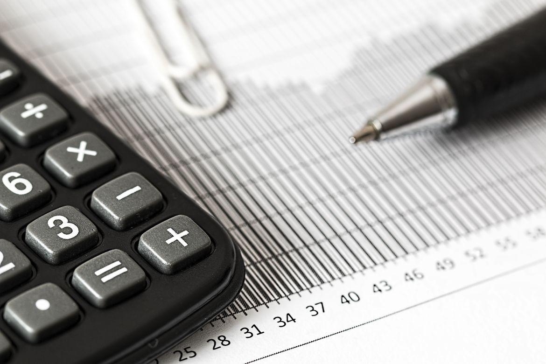 Taschenrechner und Kugelschreiber auf Statistikblatt - Controlling