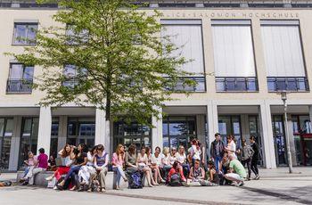 Der Alice Salomon Platz im Sommer ist ein beliebter Ort, um andere Studierende zu treffen.