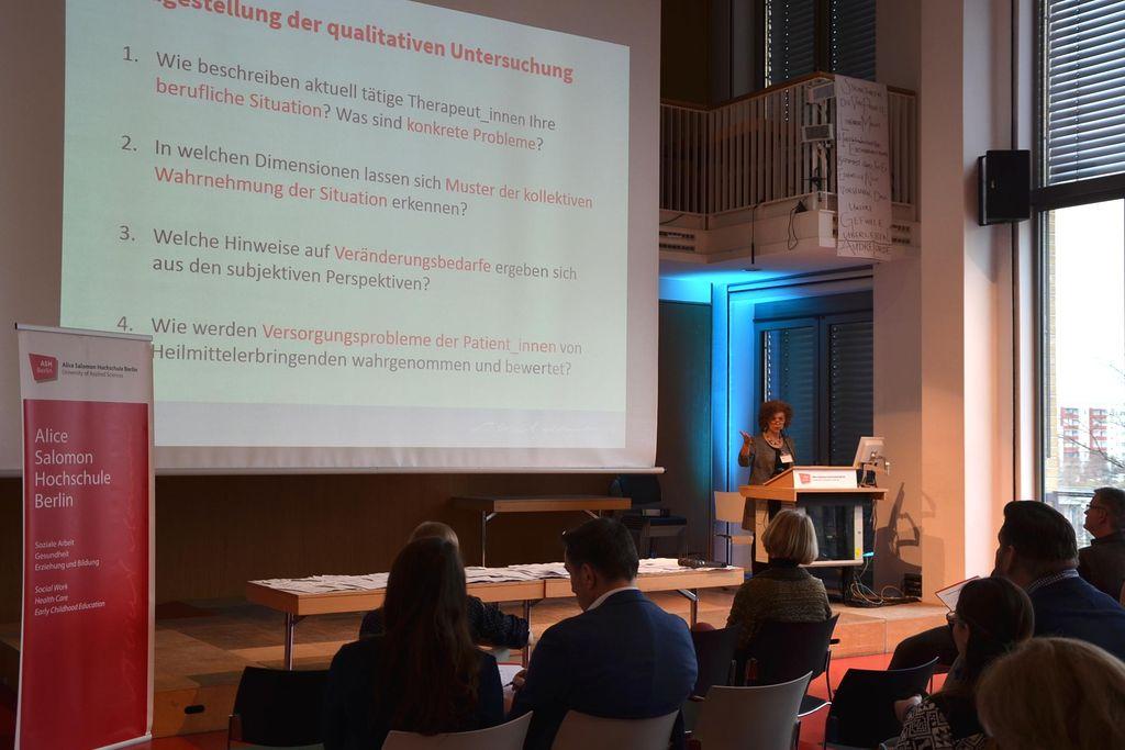 """Vergrößern: Am 21.02.2019 stellte Prof. Dr. Heidi Höppner an der ASH Berlin ihre Auswertung der Brandbriefe der """"Therapeuten am Limit""""-Bewegung in einer Pressekonferenz vor."""