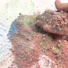 Farbige Kreidepulver werden mit einander vermengt