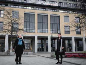Preisträgerin Lioba Happel und Rektorin Prof. Dr. Bettina Völter vor dem Gebäude der ASH Berlin