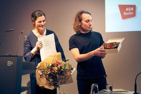 Rektorin Völter überreicht Blumen, Torte und Preisurkunde