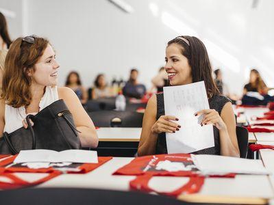 dos estudiantes en una sala