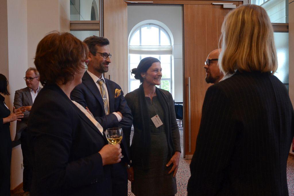 Vergrößern: Rektorin Bettina Völter im Gespräch am Parlamentarischen Abend