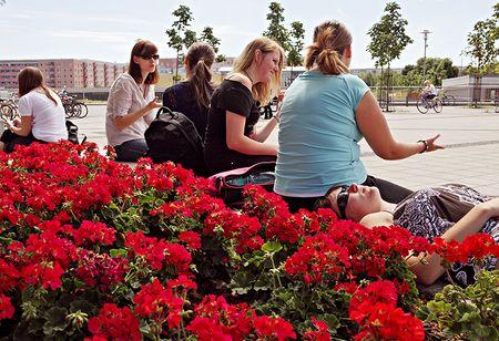Blick über den Alice Salomon Platz, im Vordergrund diskutierende Studentinnen